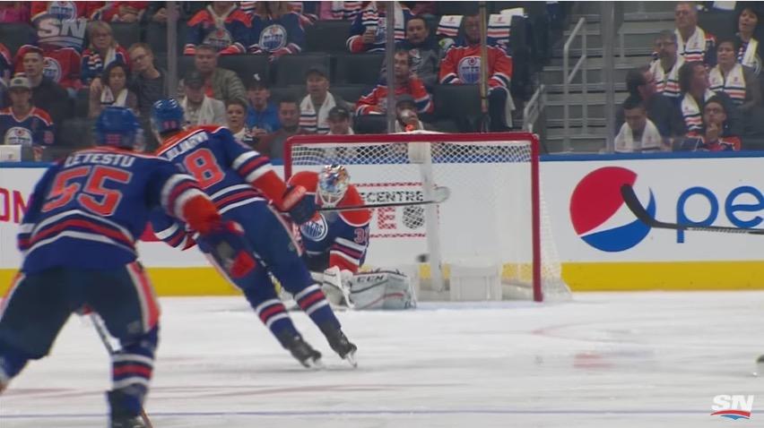 Video: Oilers-veskari Cam Talbot yllätettiin nolosti punaviivachipillä