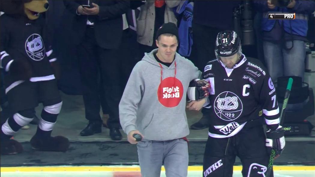 Video: Pekka Hyysalo pudotti avauskiekon - yleisö osoitti kunnioitusta seisaaltaan