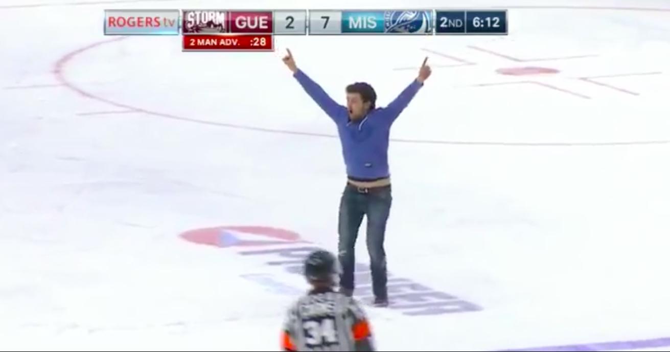 Video: Intohimoinen fani kiipesi kentälle kesken OHL-ottelun | Laitataklaus.com