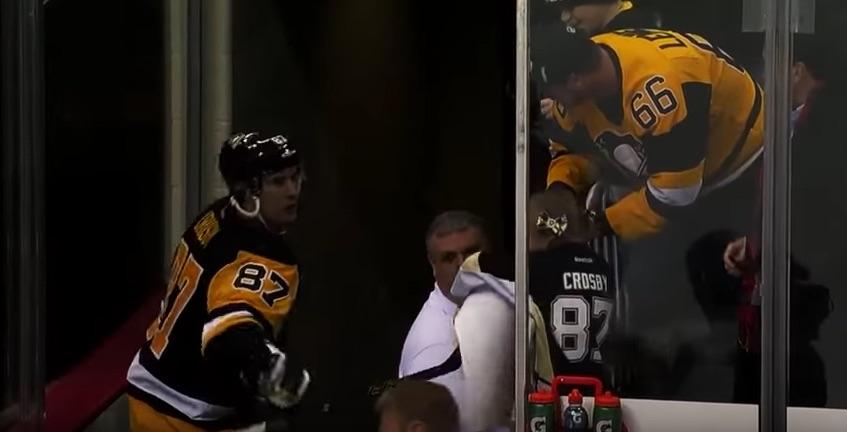 Crosby antaa lahjan pikkuiselle fanille