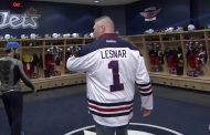 Video: Brock Lesnar käveli pukukopissa logon päältä - pelaajilta huudot ja naurut
