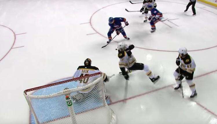 NHL Boston Bruinsin nuori puolustaja Brandon Carlo aiheutti omalla tunaroinnillaan vastustajan tasoitusmaalin.