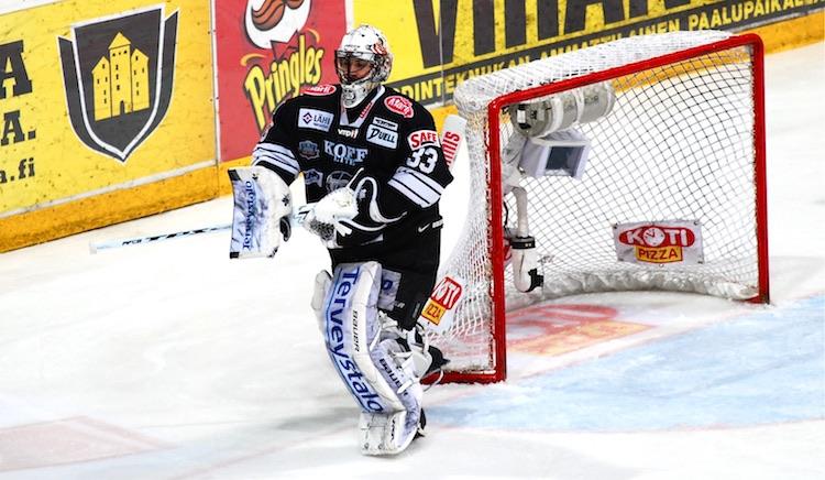 Yhdysvaltojen olympiajoukkueeseen valittu David Leggio juhli vuonna 2010 Suomen mestaruutta TPS-paidassa.