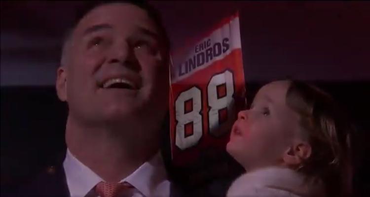 Eric Lindrosin #88 nousi Philadelphia Flyersin kotihallin kattoon.