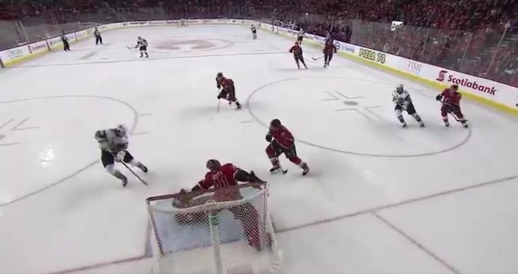 Erik Haula käytti surutta hyväkseen Calgary Flamesin käsittämättömän hölmöilyn ja paniikin.