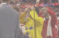 VIDEO: Siis hetkinen... Lias Andersson heitti hopeamitalinsa yleisöön - fanilla monen maan fanipaidat yllään