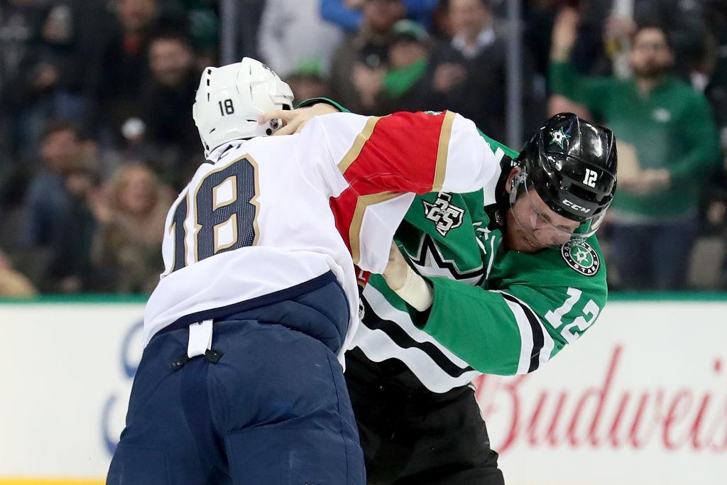 Dallasissa nähtiin useita tappeluita, kuten tämä Radek Faksan ja Micheal Haleyn vääntö.