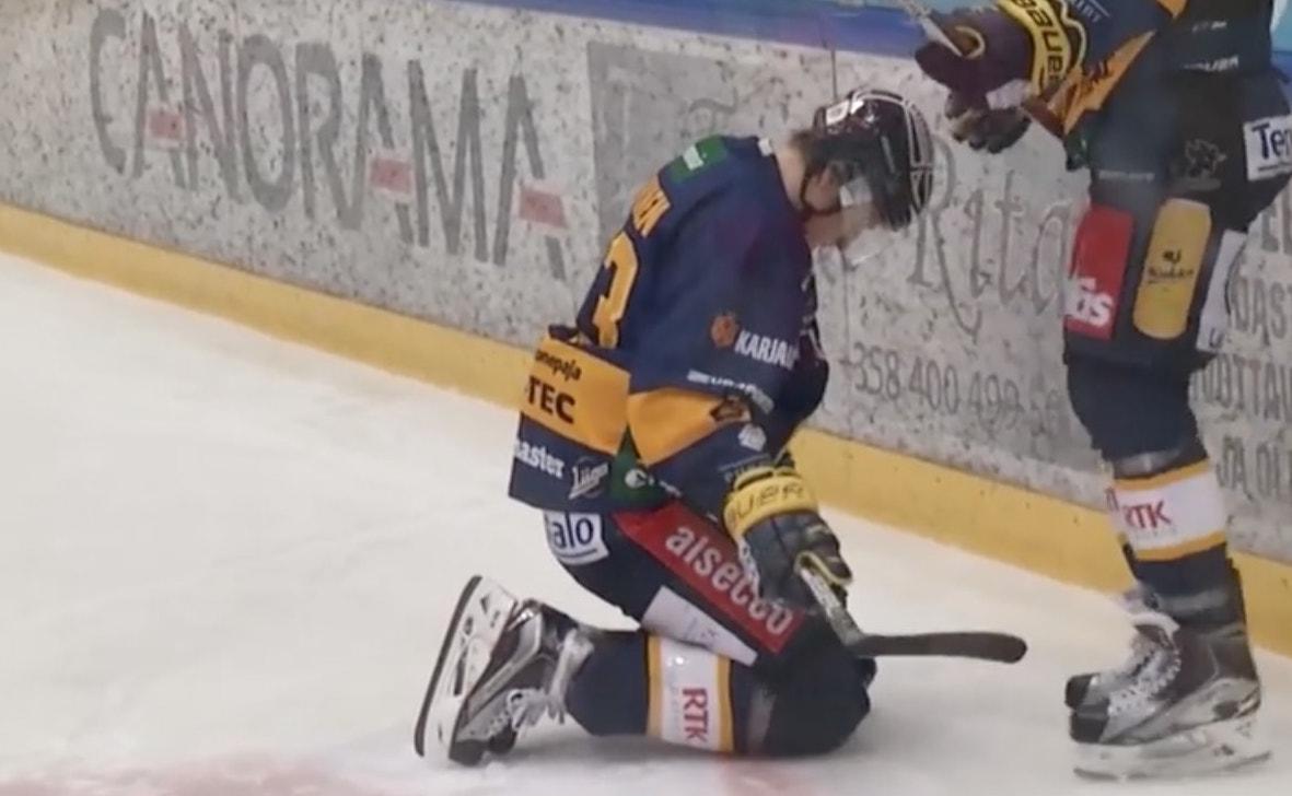 Loukkaantumisista viime vuodet kärsinyt Lauri Tukonen on jälleen joutumassa lasaretin puolelle, kun hän jäi HPK:n Miro Karjalaisen jyräämäksi.