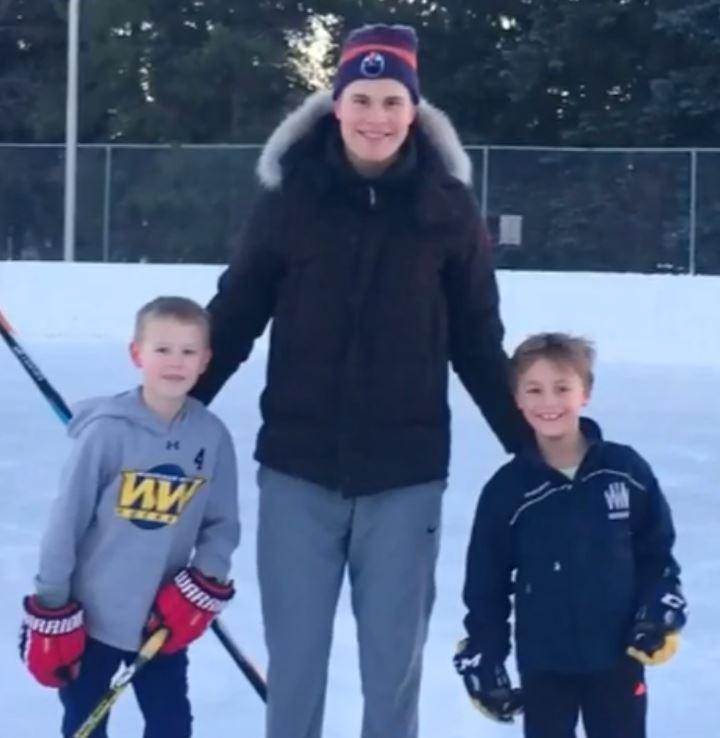 VIDEO: Jesse Puljujärvi ilahdutti nuoria Oilers-faneja ulkojääpeleillä