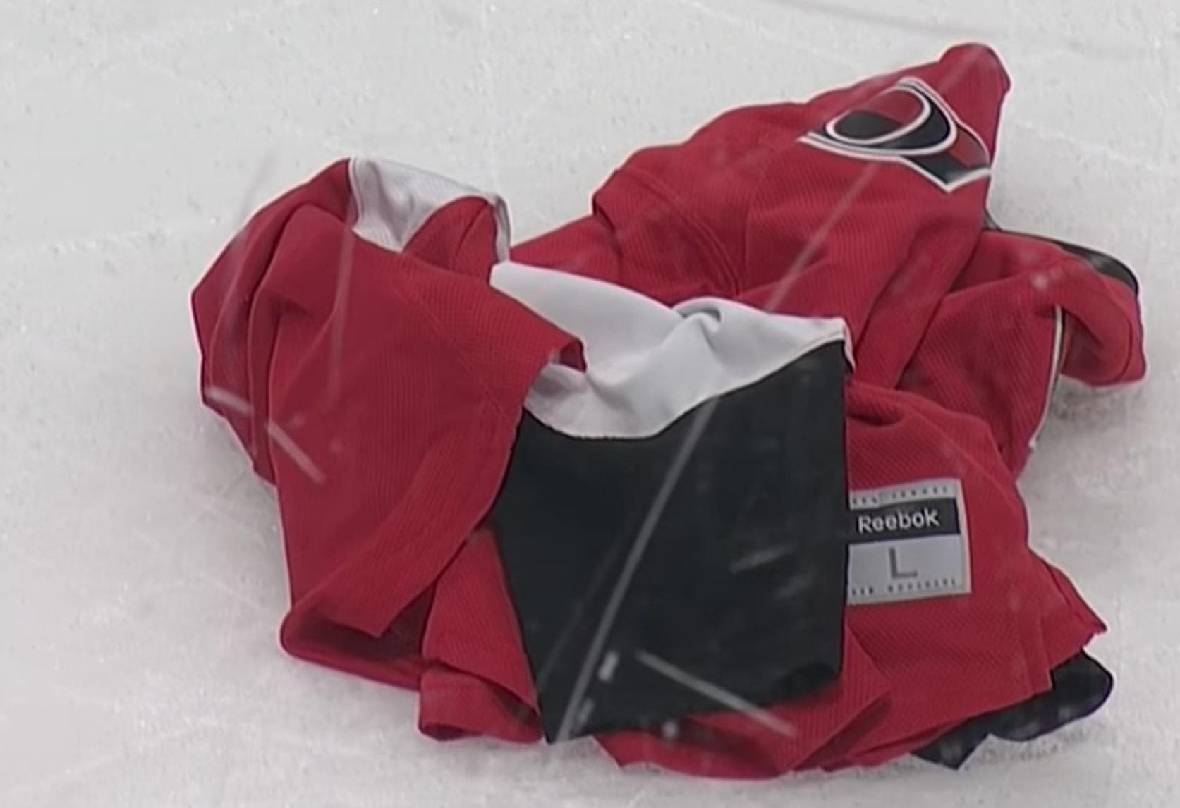 Senators-fani kyllästyi seuran rämpimiseen ja heitti fanipaitansa ottelun jälkeen kaukaloon