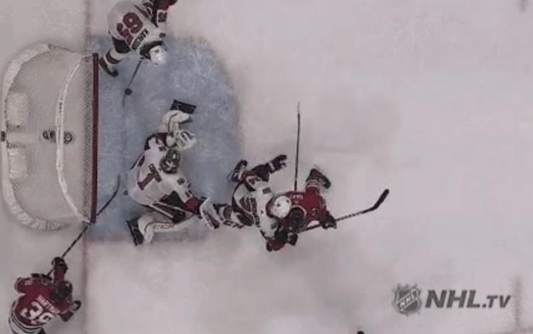 Erik Karlsson suoritti viime yön ottelussa todellisen paraatipelastuksen, joskin Blackhawks marssi ottelussa tästäkin huolimatta voittoon.