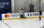 VIDEO: Leo Komarov hävisi vedon - joutui pitämään Kanadan paitaa treeneissä