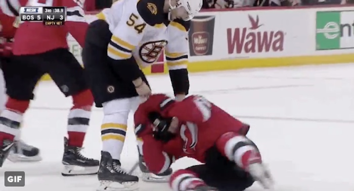 Bruinsin Adam McQuaid pyöritteli Devilsin Damon Seversonia kuin märkää rättiä.