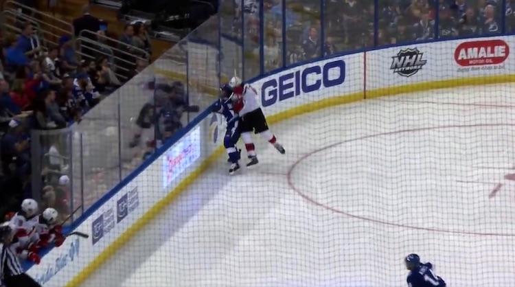 New Jersey Devilsin Miles Wood aiheutti sikailullaan tuhoa kaukalossa.