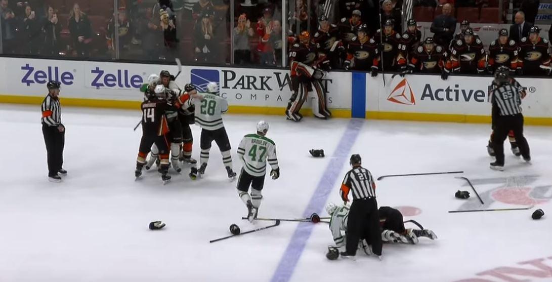 VIDEO: Starsin ja Ducksin taisto päättyi joukkonujakkaan - pääosassa Perry ja Benn