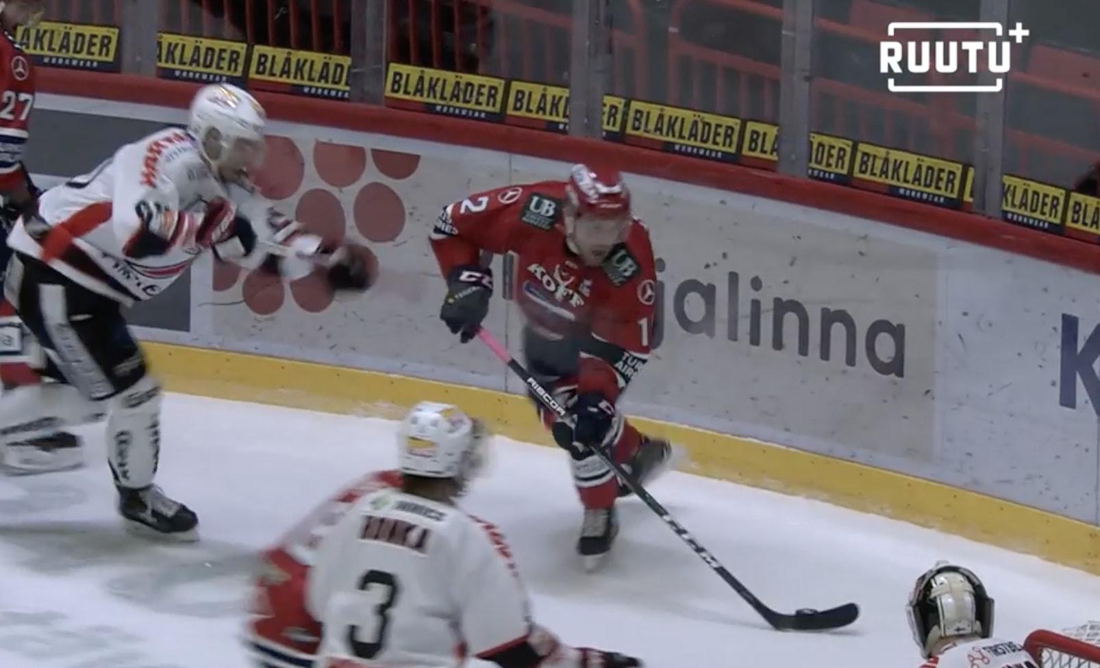 JYP:n Olli Aitola sai pelirangaistuksen korkeasta mailastaan Juhani Tyrväistä vastaan.