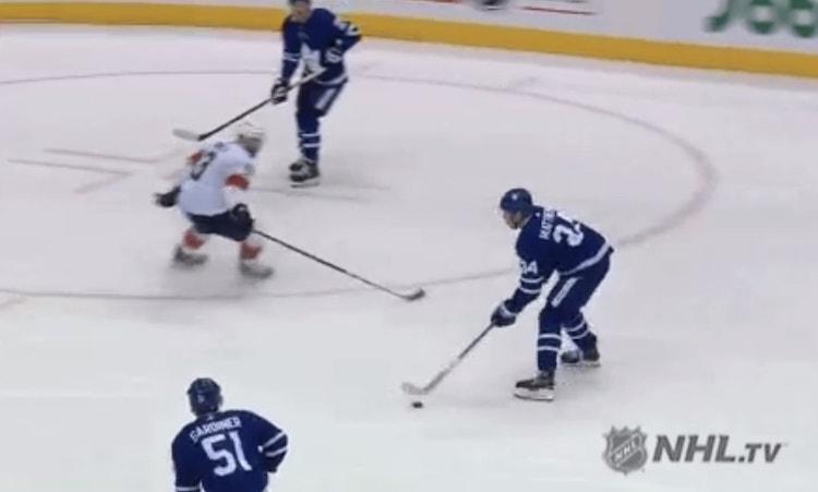 Toronton Auston Matthews onnistui viime yönä maalinteossa, mikä tarkoitti samalla sitä, että nuorukainen rikkoi 30 maalin rajapyykin toistamiseen hänen NHL-urallaan.