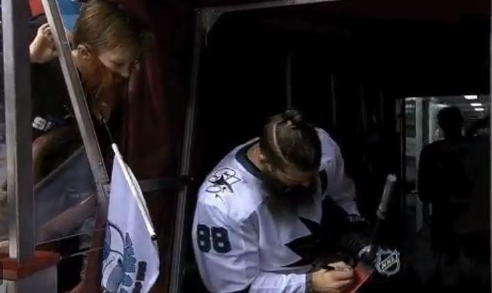 VIDEO: Brent Burns ilahdutti tekopartaisen pikkufanin - antoi tälle mailansa