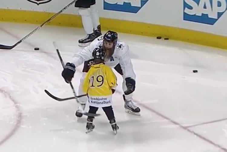 Joe Thornton opetti joukkueen jääharjoituksissa poikaansa tuulettamaan.