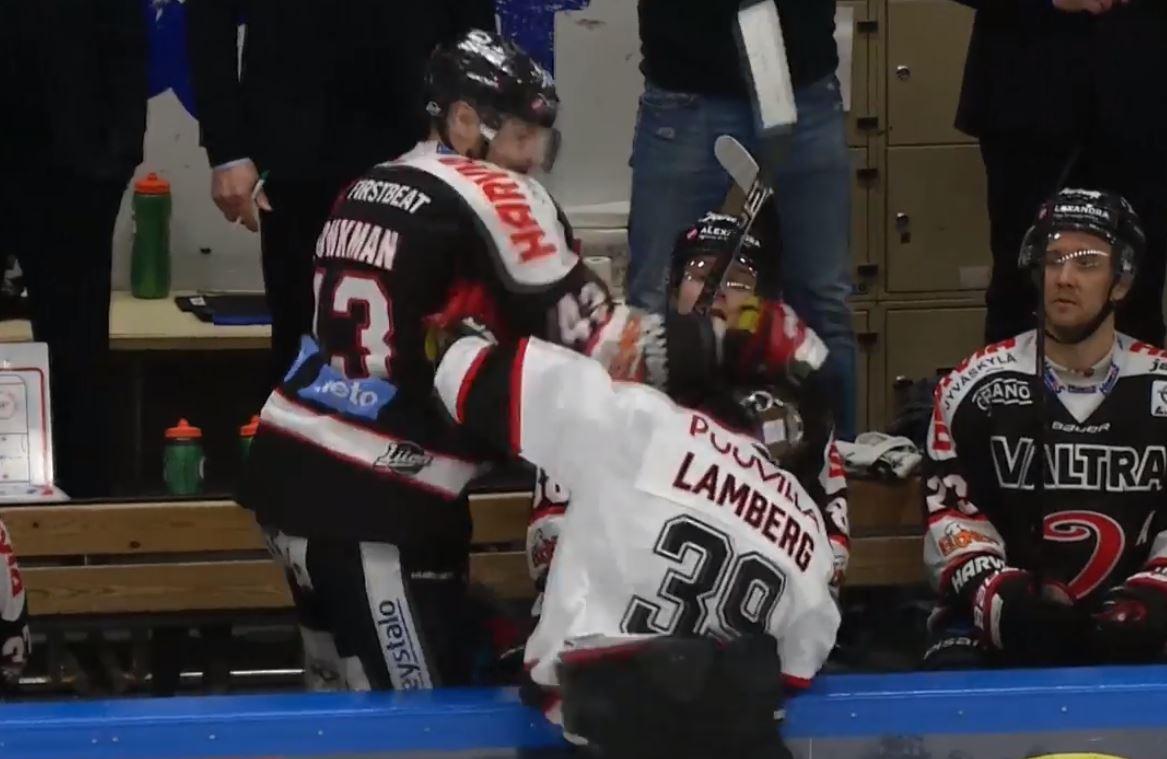 VIDEO: Nolan Yonkman riepotteli Matti Lambergia vaihtoaitiosta käsin