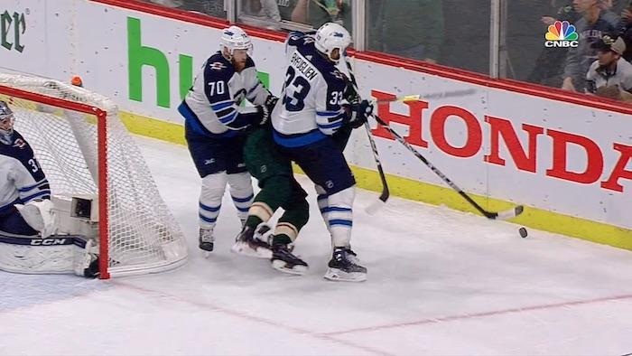Winnipeg Jetsin Dustin Byfuglienilta on nähty pudotuspeleissä toinen toistaan hurjempia taklauksia.