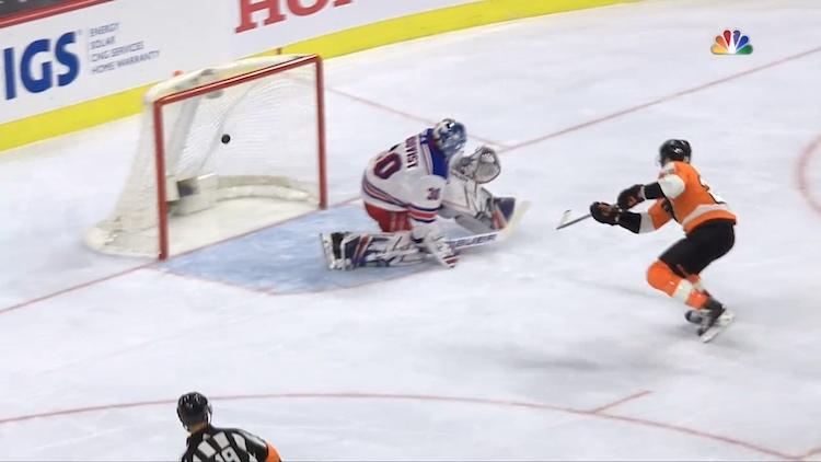 Philadelphia Flyersin kapteeni Claude Giroux laukoi hattutempullaan joukkueensa pudotuspeleihin.