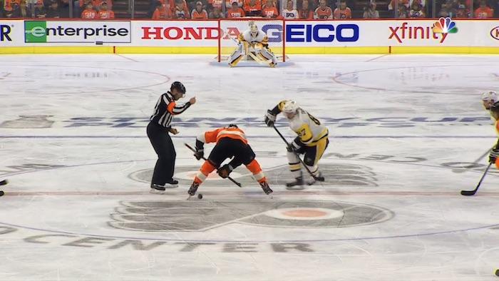 Sidney Crosby vei Claude Giroux'ta satanolla aloituksessa ja alusti sitä kautta joukkueensa neljännen maalin.