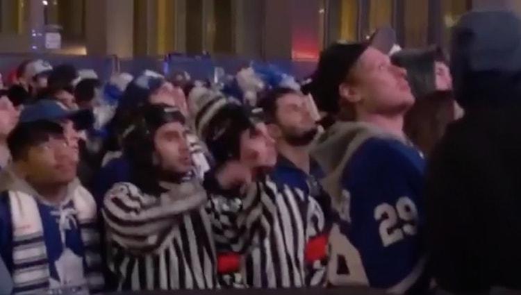 Maple Leafs -fanit saapuivat hallin ulkopuolelle tuomarin vaatteilla ja he tuomaroivat koko pelin.