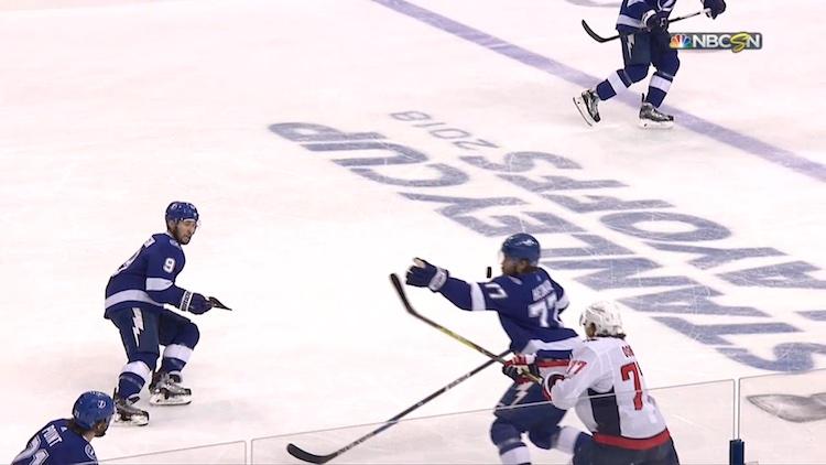 VIDEO: Tuomareiden erikoinen virhe johti Tampan johtomaaliin - Capitals tuli takaa ja murskasi