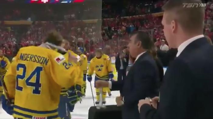 VIDEO: Ruotsin kippari heitti MM-mitalin katsomoon - tuomittiin nyt pelikieltoon!