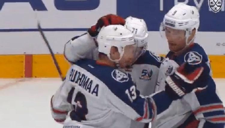 Juuso Puustinen iski hattutempun - kauden ensimmäinen KHL:ssä