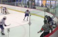 VIDEO: Juniorisarjassa pelaaja väisti taklauksen - taklaaja rikkoi pleksin!