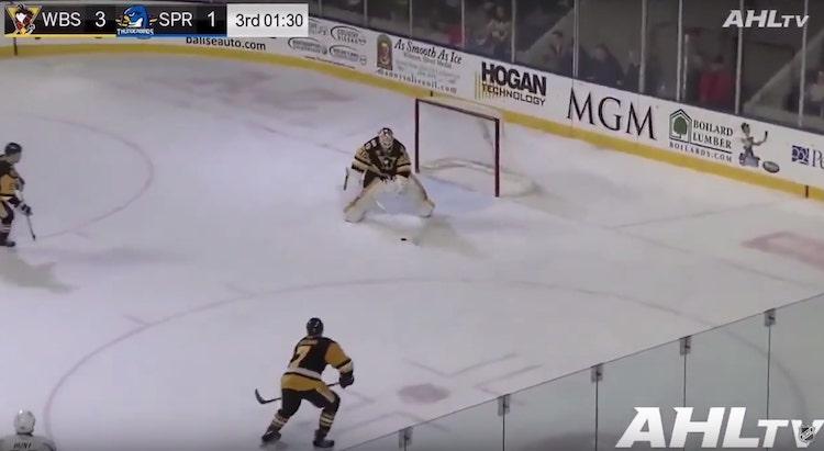 VIDEO: AHL:ssä maalivahdin maali! Selostaja lähti henkseleistä irti