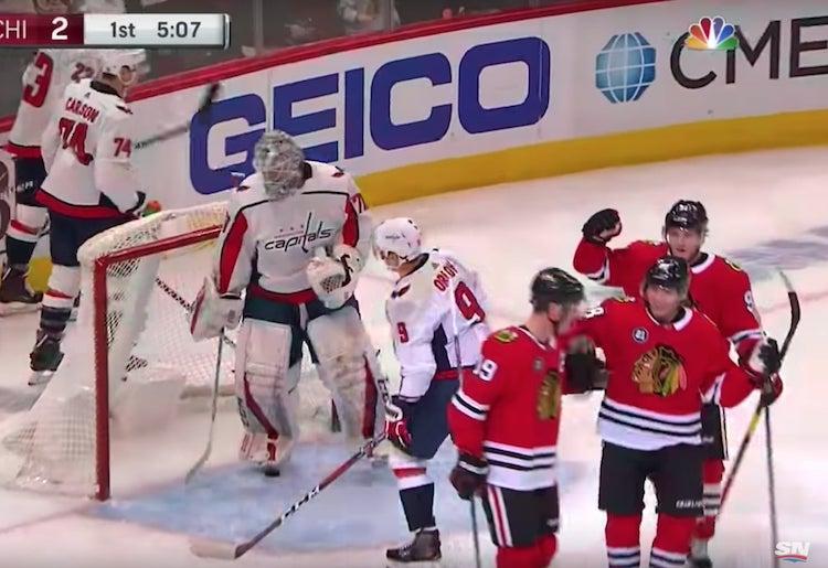 NHL:ssä koominen oma maali - Orlov heitti kiekon reppuun