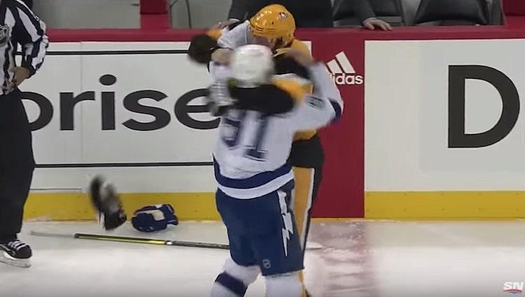 Steven Stamkos ja Evgeni Malkin tappelivat viime yön NHL-kierroksella.