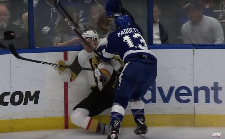 VIDEO: NHL:ssä järkyttävän kova taklaus - Carpenter ei päässyt takaisin tolpilleen