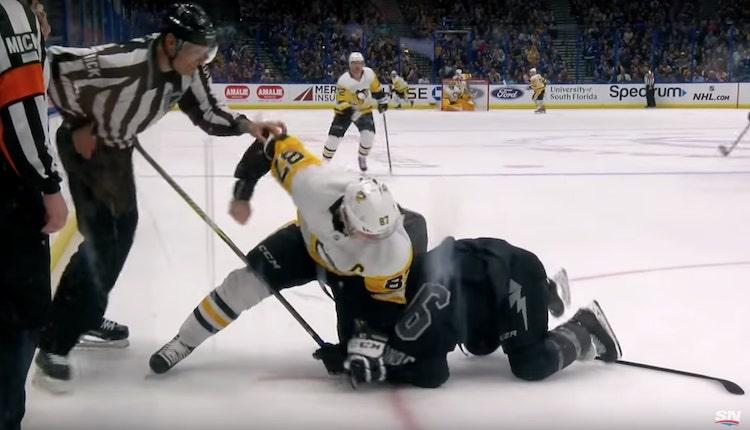 Sidney Crosby pudotti hanskat viime yönä Tyler Johnsonia vastaan.