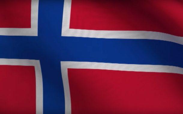 VIDEO: Norjassa muhii skandaali - pelaaja nuuski jotain nenäänsä alastomien naisten päältä
