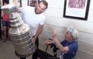 Hellyttävä video: Ryan O'Reilly vei Stanley Cupin 99-vuotiaalle isoäidilleen