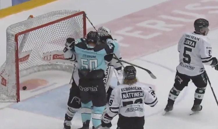 VIDEO: Juhamatti Aaltonen haluaa vain rakkautta - antoi vastustajalle halin tasoitusmaalin jälkeen