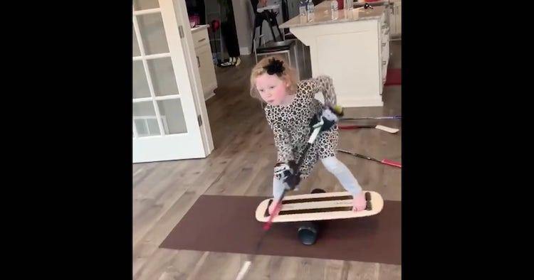 VIDEO: Pieni tyttö näyttää uskomatonta tasapainoaan ja mailataituruutta