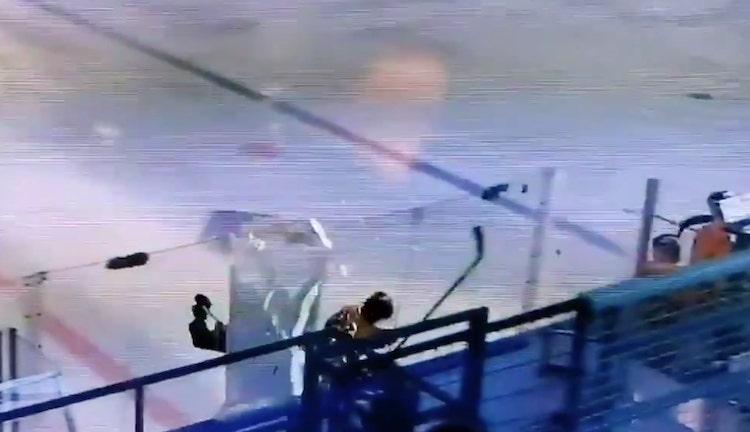 VIDEO: Näinkin voi käydä - Roni Sevänen taklasi pleksin palasiksi