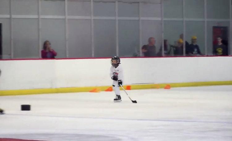 VIDEO: Pikkupoika mikitettiin harjoituksiin ja lopputulos oli puhdasta kultaa