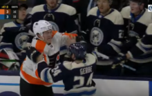 Video: 163-senttinen Nathan Gerbe kurmootti Flyers-pelaajia