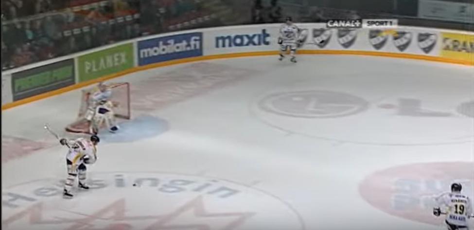 Klassikkovideo: HIFK-maalivahti imuroi lämärin toisesta päästä kenttää taaksensa