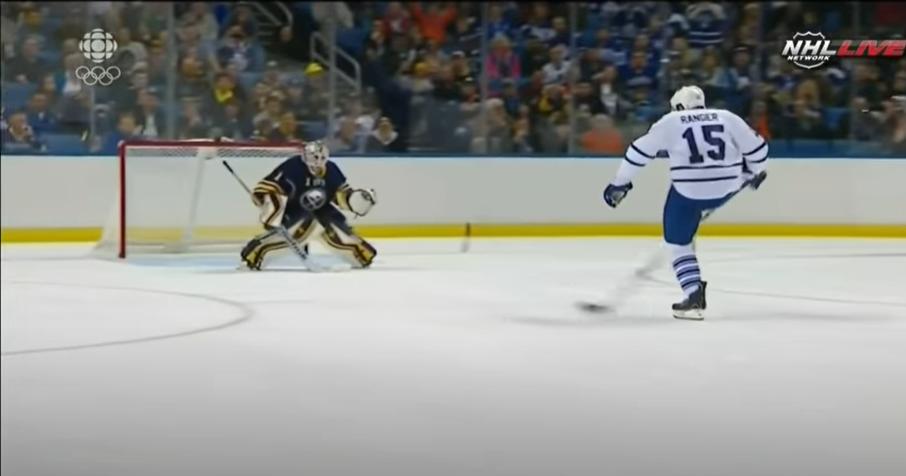 Video: Mitä ihmettä? Toronto-puolustaja hakee maalia rankkarikisassa potkaisemalla mailaansa
